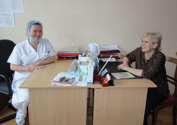 Stomisygeplejerske fra den proktologiske afdeling på hospitalet Nr. 10 Olena Stojlovskaja og Økonomiudvalgs forkvinde Tatjana Kozlovskaja