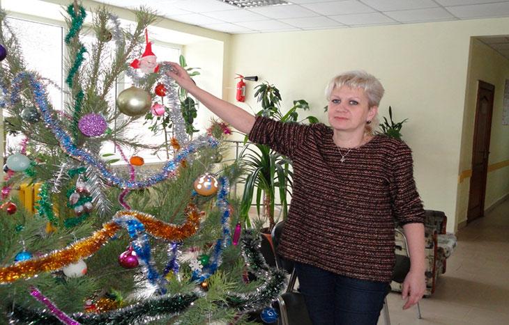 Økonomiudvalgs forkvinde Tatjana Kozlovskaja og andre aktivister fra Odessa-ILCO har pyntet juletræet ved den proktologiske afdeling på Odessas hospital Nr. 10.